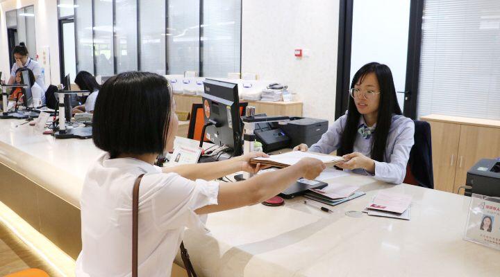 """肇庆在全省率先全面实现不动产业务一天办成 办理时限""""三级跳"""" 群众笑颜开"""