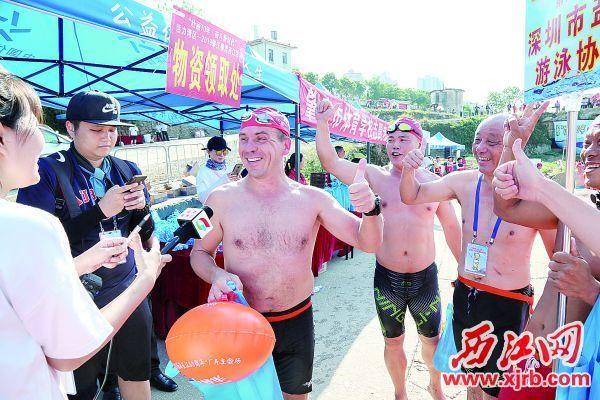 俄罗斯友人王运畅游西江后称赞肇庆环境优美。 西江日报记者 梁小明 摄