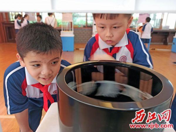 学生在体验科普大篷车的动 画仪器。 西江日报记者 吴威豪 摄