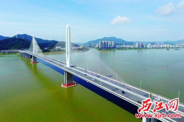 """阅江大桥,""""一江两岸""""一体化发展步伐加快。 苏科伟 摄"""