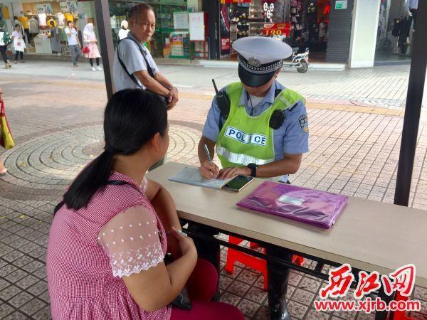 对闯红灯的行人进行教育和处罚。 西江日报记者 杨永新 摄