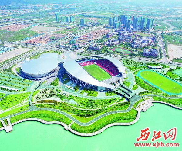 長利湖畔的肇慶新區體育中心。 西江日報記者 朱健興 攝