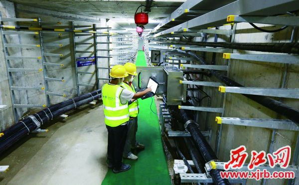 工作人員在肇慶新區地下綜合管廊電力艙檢查有關設備情況。 西江日報記者 劉春林 攝