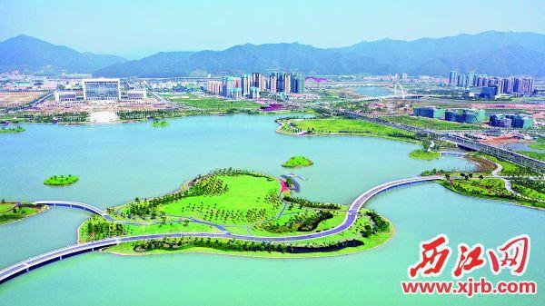 新区地标之一砚阳湖已建成开放。 西江日报记者 朱健兴 摄
