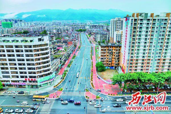 """端州干部在打通""""瓶颈路""""的过程中呈现出应有的担当,为加快城市交通路网建设作出端州贡献。图为人民北路。"""