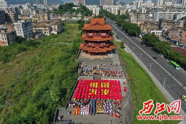 """志愿者用彩 色画板 拼出"""" 祖 国万岁""""字样,表 达对新中国成立 70周年的喜悦之 情,祝福祖国繁荣 昌盛。 西江日报通讯员  梁亮 摄"""