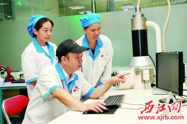 宋子峰指導員工進行創新實驗 劉浩輝 攝