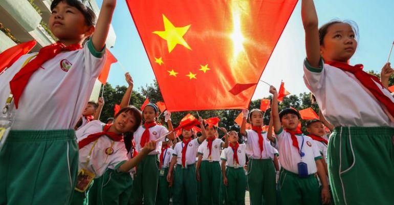 肇庆学院国旗护卫队给中小学生�上主题思政课传扬爱国主义情怀 让��大爱国护旗的种子生根发芽