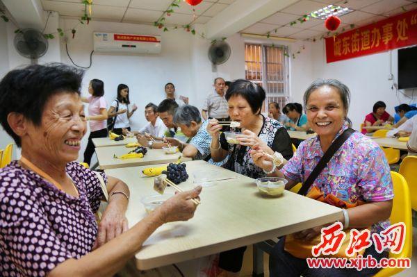 在端州区城东街道居家养老服务中心,老人们衣食无忧、精神充实,收获满满的幸福。