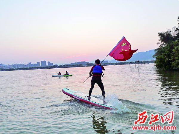 七星岩中心湖上演浆板冲浪表演。 西江日报记者 吴威豪 摄