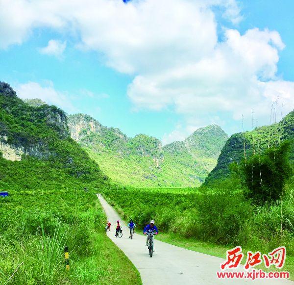 骑行爱好者骑游燕岩景区。 西江日报记者 杨永新 摄