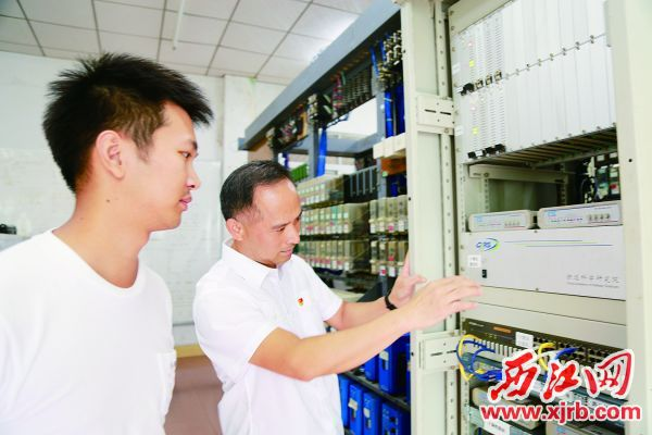 李永坚(右)在跟同事讲解信号检测工作。 新宝6官网注册日报◆记者 杨丽娟 摄