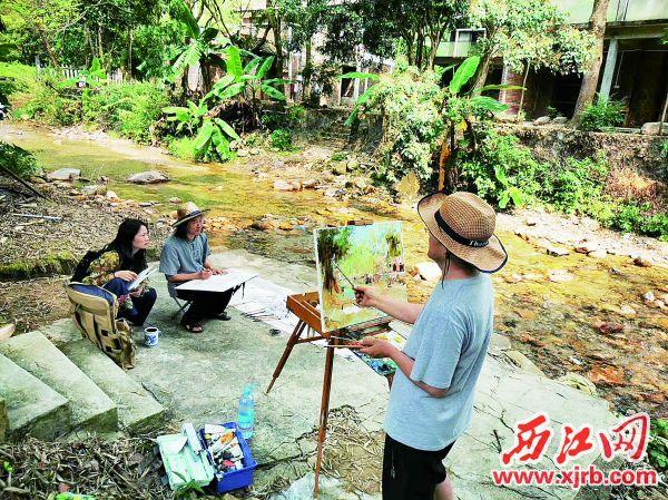 10月6日,艺术家们来到鼎湖区凤凰镇同古山居采风,以独特的视角和切身感悟,挥毫泼墨,现场创作。(图片由鼎湖区文联提供)