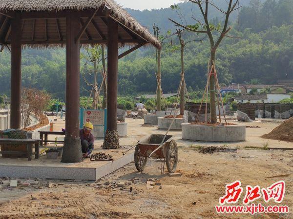 依河而建的广场正在有序建设。 西江日报记者 张苑卉 摄