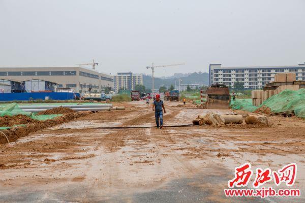 万洋众创工地裸土已大面积用绿网覆盖,主干道冲洗保洁工作不 够到位。 西江日报记者 曹笑 摄