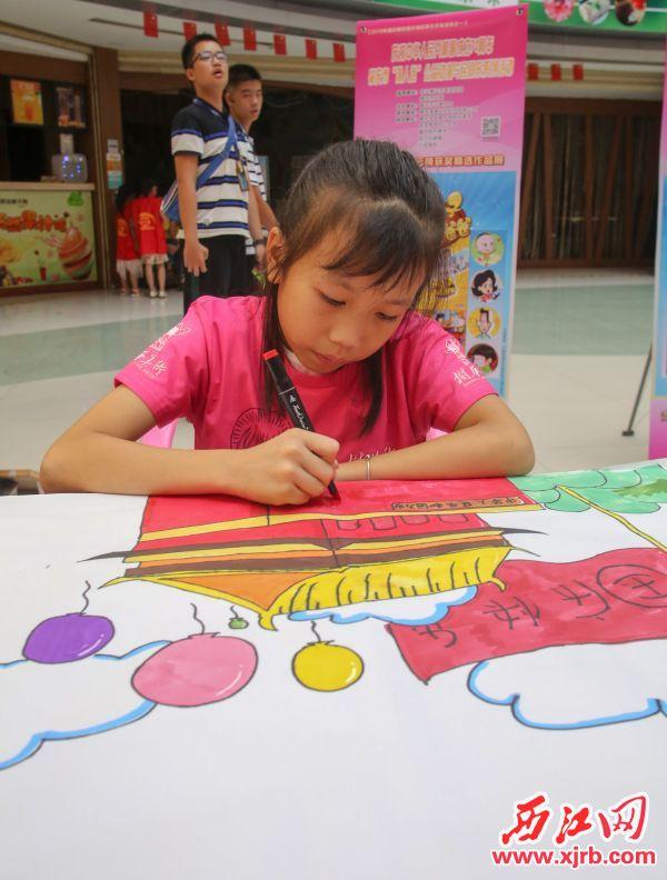 活动现场,小朋友认真作画。  西江日报记者 曹笑 摄
