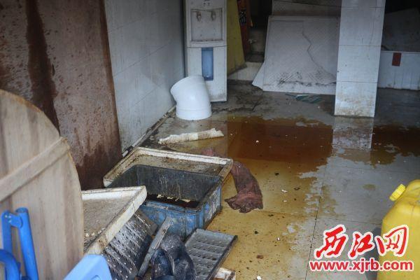 肥肥蚝城油烟净化装置因长 期没清理,地面积油严重。 西江日报记者 严炯明 摄