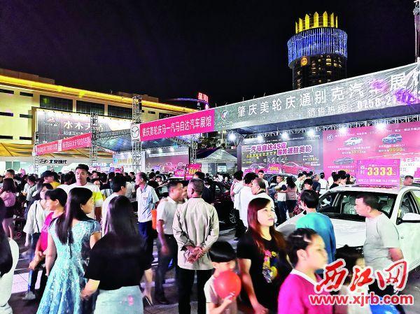 五一房产汽车文化节,即便晚上也人头攒动。