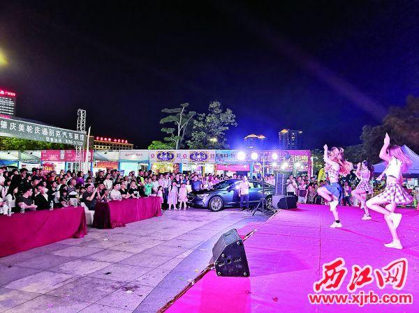 舞台精彩表演,吸引众多市民驻足观看。