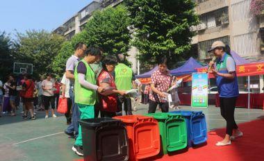 市城管局社区推广垃圾分类