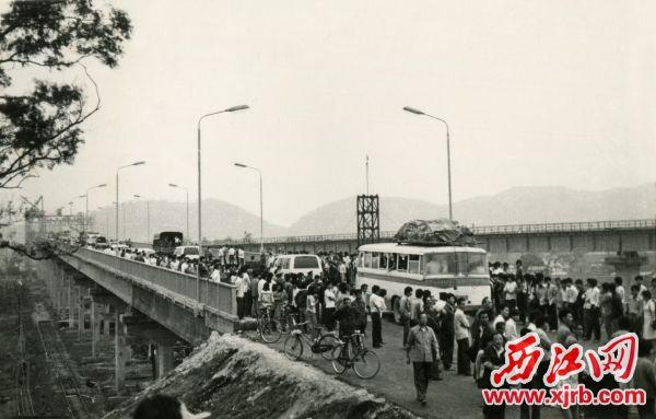 1987年4月1日西江大桥通车。 何小瑜 摄 肇庆市档案馆图源