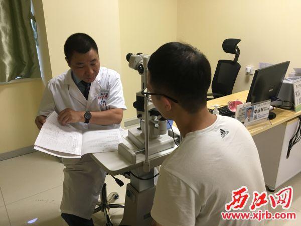 李远标院长仔细了解近视患者情况。