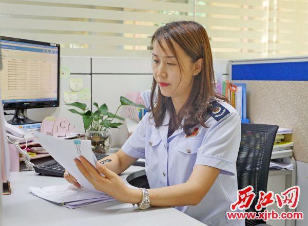 張月燕正在辦公。 西江日報記者 吳威豪 攝
