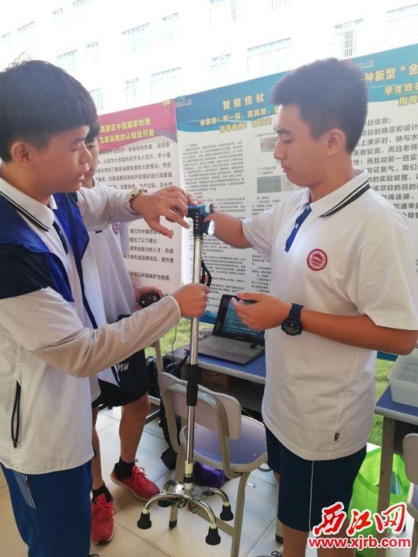 活动现场,小发明者在介绍展品。 西江日报通讯员 李永君 摄