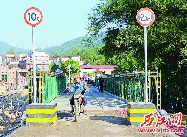 经市公路局应急抢险队的努力,高要区小湘镇汉塘桥临时钢桥通车。 西江日报记者 吴威豪 摄