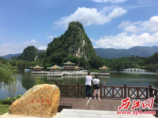 """""""水月岩云""""胜景吸引游客拍照留念。 西江日报记者 赖小琴 摄"""