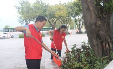市城管辦組織撿拾煙頭志愿服務活動