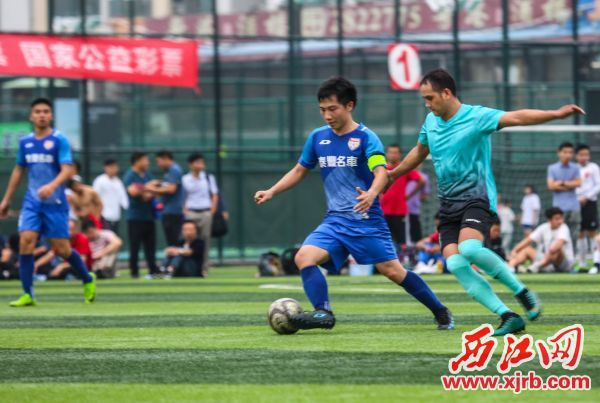 恒骏成 队与广东鸿 图队在比赛 中。西 江日 报记者 梁 小明 摄
