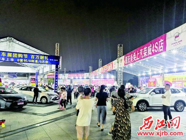 2019肇慶秋季汽車文化節,即便是晚上,仍有許多市民逛展。