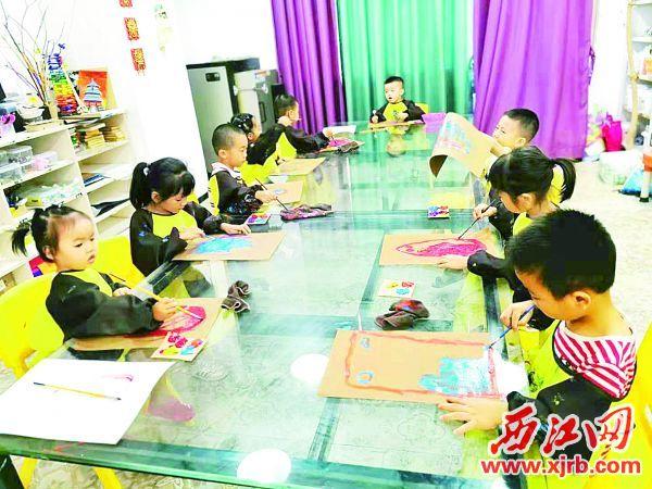 树华美术涂鸦班,小朋友边玩边作画。