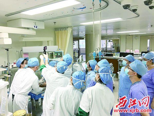 众多科室医护人员聚集在PICU。