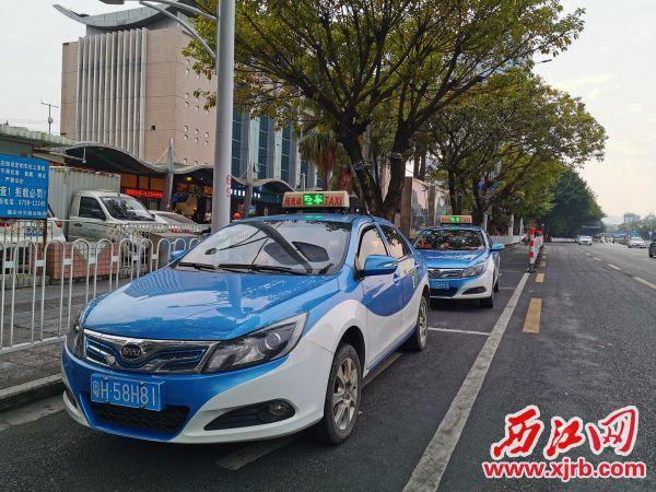 城区出租车集中点只剩两三台出租车在候客。 西江日报记者 杨丽娟 摄