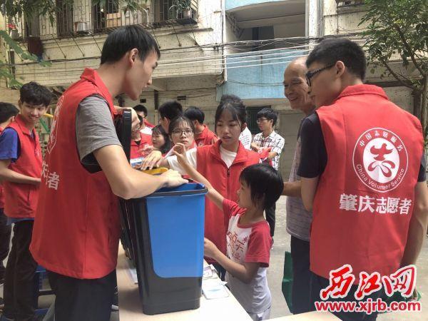 志愿者向居民科普垃圾分类知识。 西江日报通讯员摄
