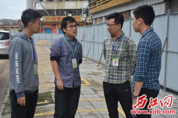 肇庆市环境保护监测站高级工程师——陈煜才(左二)。