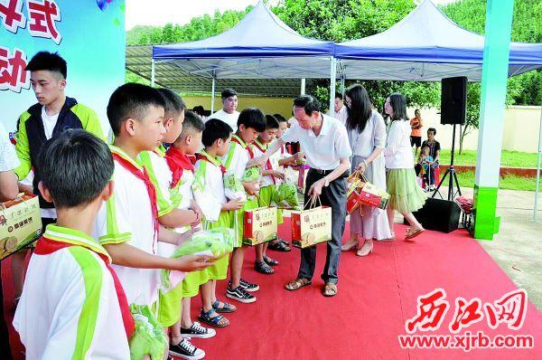 鼎湖民建会员代表及会员单位代表为黄胆村小学的学生送上儿童节礼物。 西江日报通讯员 供图