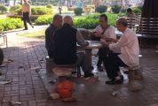 """垃圾桶会""""翻墙"""" 烟头纸屑遍地 城东公园管理方称会加强巡查"""