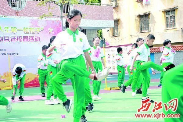 学生正在进行毽球自由练习。   西江日报记者 刘浩辉 摄
