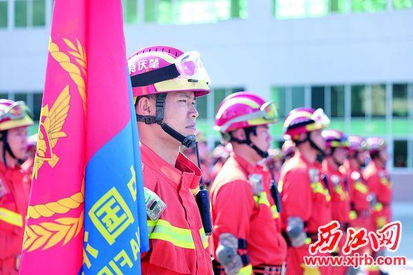 消防员集结展开地震救援实战化训练。