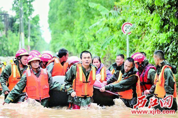 肇庆消防指战员在洪水中为被困群众搭起生命之舟。