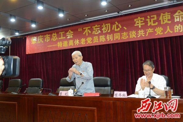 陈钊(左)在为党员们讲党课。 通讯员供图