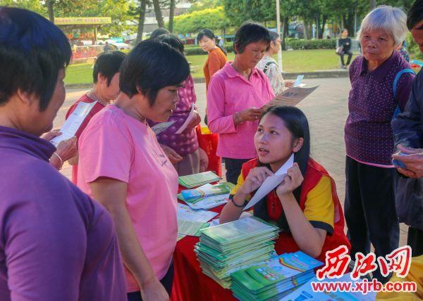 志愿者向市民介紹垃圾分類相關知識。 西江日報記者 曹笑 攝