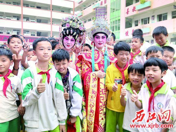 孩子们近距离观看 粤剧,与名家交流。