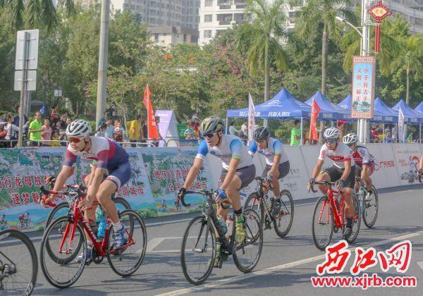 选手在激烈的比赛中。 西江日报记者 曹笑 摄