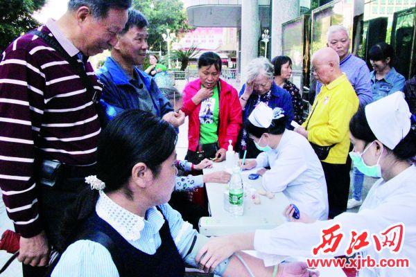 医务人员为市民量血压、测血糖。