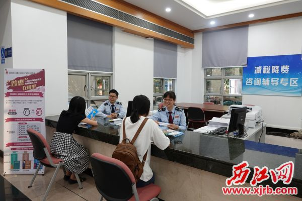 税务工作人员热情为群众服务。 通讯员供图
