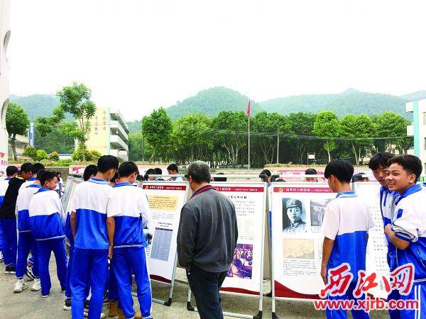 11月11日,逕口學校的學生們參觀展覽。